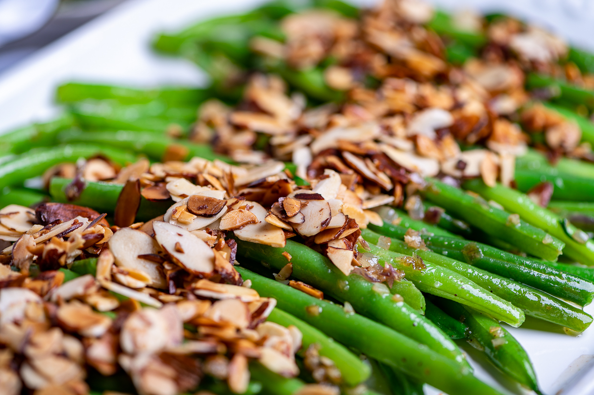 Sautéed green beans topped with toasted almonds.